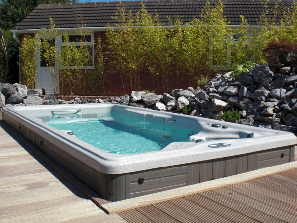 Buy a swim spa with bay spas retailers of the michael phelps range for Swimming pool and jacuzzi near me